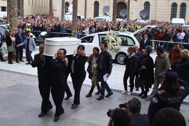 Los padres de Gabriel entran en la Catedral de Almería para el funeral
