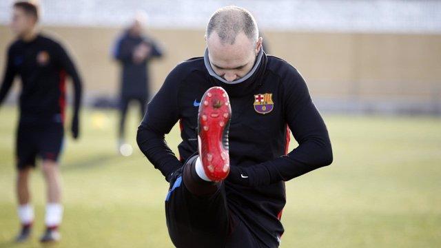Iniesta entrenando con el Barcelona