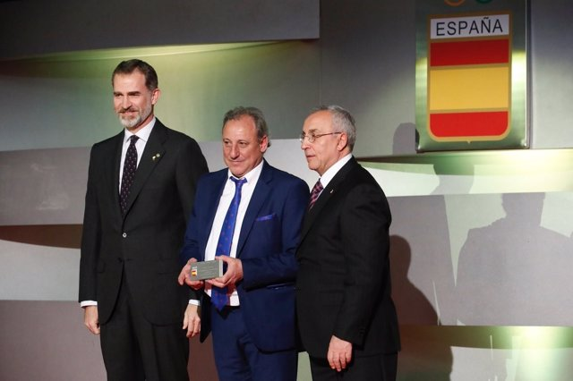 El Rey con Alejandro Blanco y Fermín Cacho