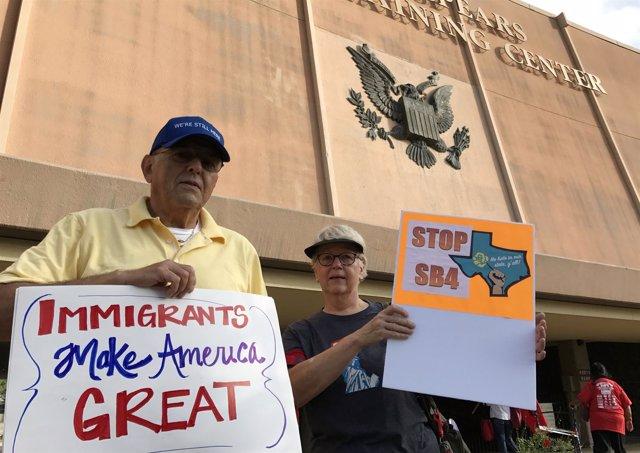 """Manifestantes contra la ley de Texas para castigar a las """"ciudades santuario"""""""
