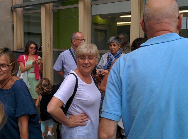 La consellera C.Ponsatí en una escuela sede del 1-O en Barcelona