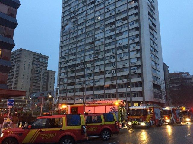 """Bomberos del Ayuntamiento de Madrid sofocan un """"aparatoso"""" incendio"""