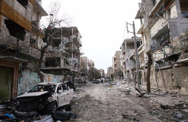 Coches y edificios destruidos en Duma, en Ghuta Oriental