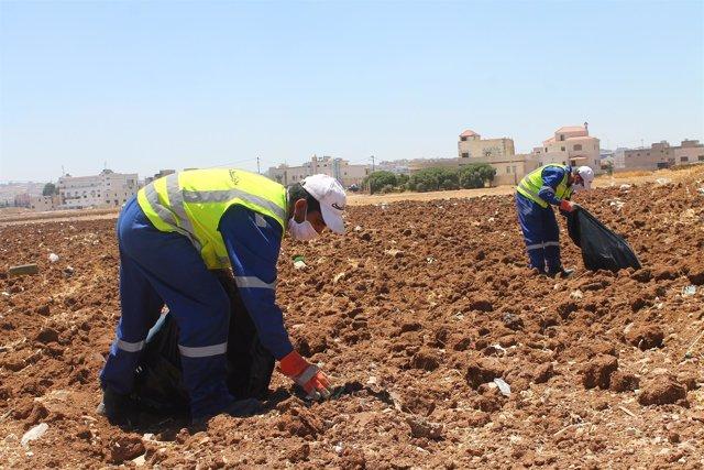 Refugiados sirios y residentes jordanos colaboran en las brigadas de limpieza