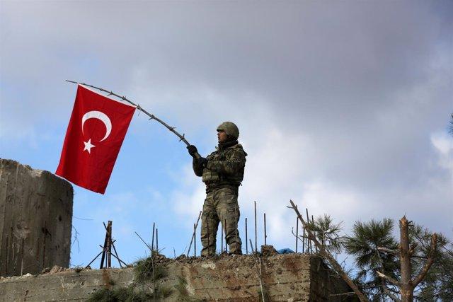 Un soldado turco con una bandera durante la ofensiva militar en Afrin