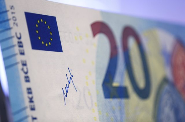 The signature of President of the European Central Bank (ECB) Mario Draghi is wr