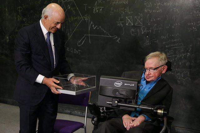 González (BBVA) entrega a Stephen Hawking el premio Fronteras del Conocimiento