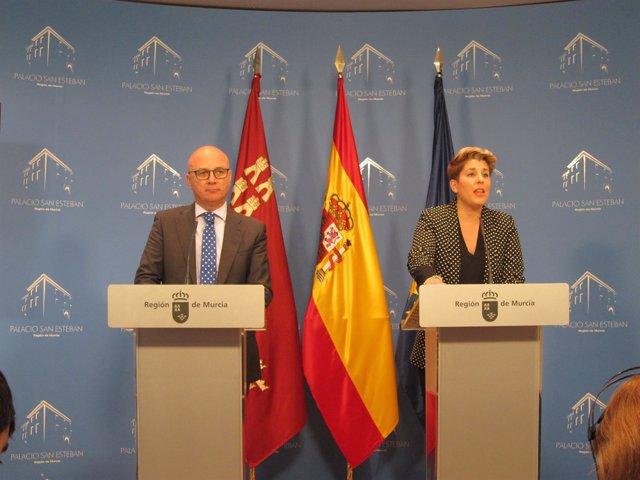 Juan Hernández, junto a la portavoz del Gobierno en la rueda de prensa
