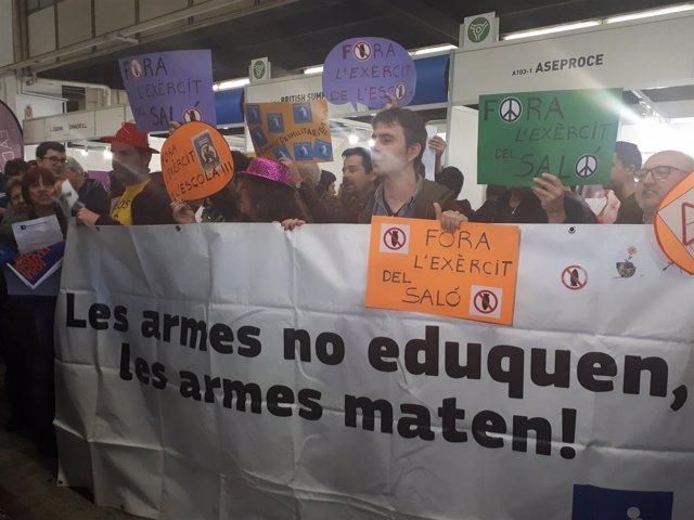 Protesta contra el Ejército en el Salón de la Enseñanza de Barcelona