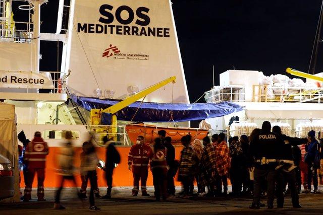 Migrantes rescatados desembarcan en el puerto italiano de Augusta
