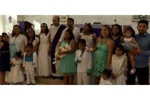 Una mexicana de 30 años sorprende al sacerdote cuando lleva a bautizar a sus 10 hijos