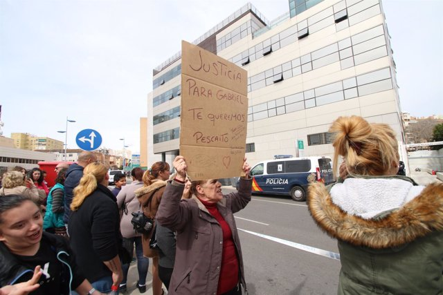 Ciudadanos se manifiestan ante la Ciudad de la Justicia de Almería