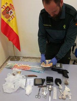 Un guardia civil muestra los elementos encontrados en la operación