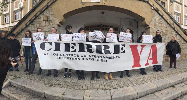 Manifestación de la Apdha y Algeciras Acoge en el CIE