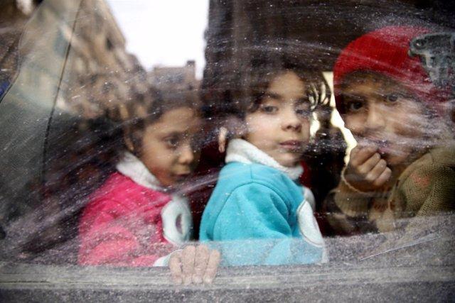 Niños en un autobús durante su evacuación de Ghuta Oriental