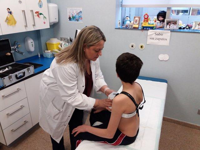 La doctora Stella Maris Rial ajusta el aparato compresor a un paciente