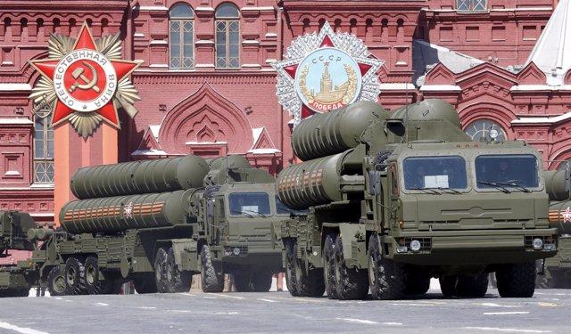 Sistemas de defensa antimisiles S-400 rusos en desfile en Moscú