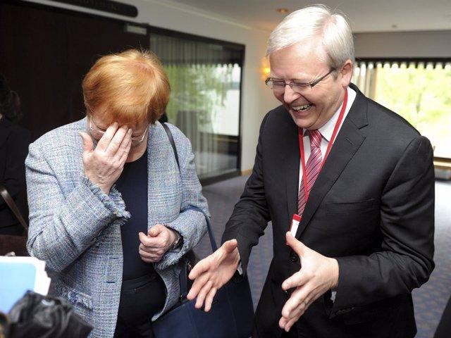 Foto de archivo de la antigua presidenta finlandesa riéndose