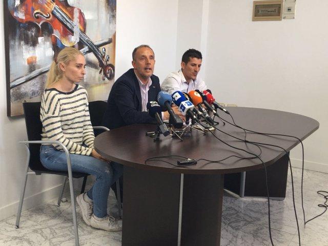 El abogado Pedro Sánchez Vega con los padres de Yéremi Vargas.Jpg