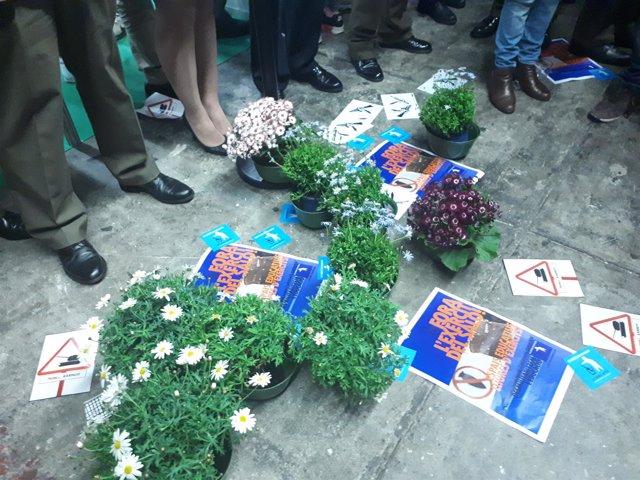 Flores y carteles ante el estand del Ejército en el Salón de la Enseñanza