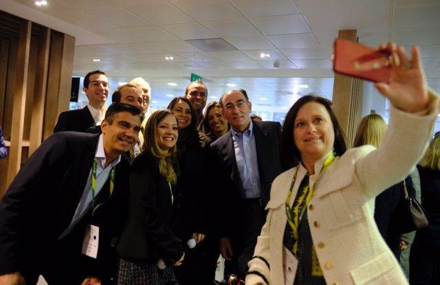 El presidente de Iberdrola, Ignacio Galán, y empleados de la compañía