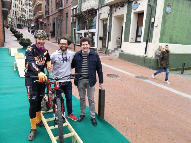 Joseba León, Ruben Sanz y Gorka Zubiaurre en la calle Portu