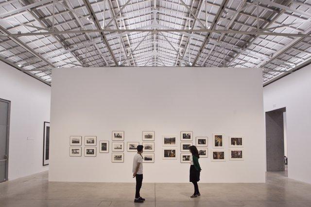 Visitantes en la exposición 'Hacia la luz' de Joel Meyerowitz en Bombas Gens