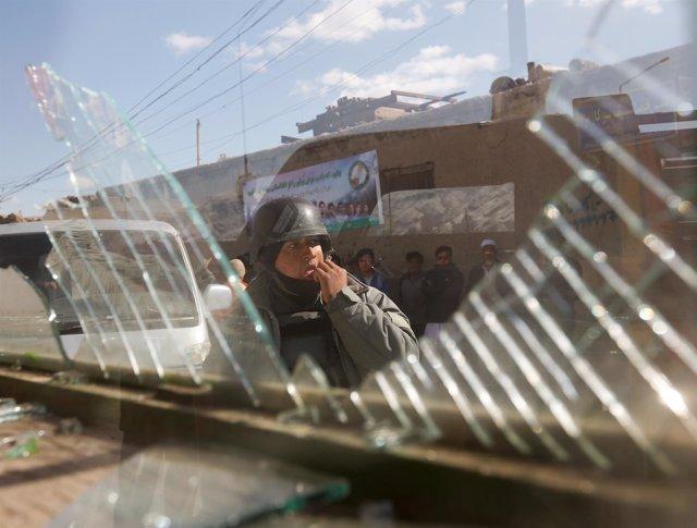 Un policía afgano en mitad de una refriega entre las fuerzas talibanes y afganas