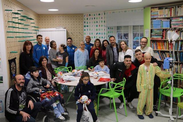 Pie Y Foto: La Comunidad Acerca El Fútbol Sala A Los Niños Ingresados En El Niño