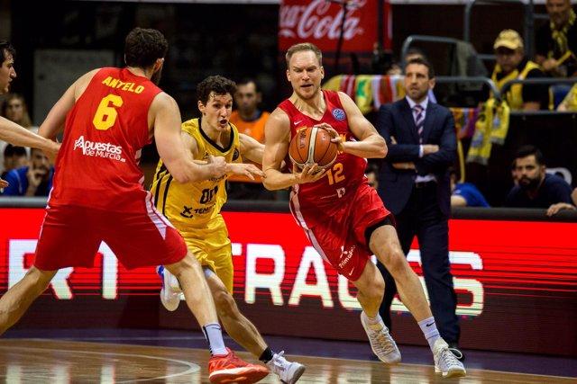 Brad Oleson le roba la pelota al Iberostar Tenerife