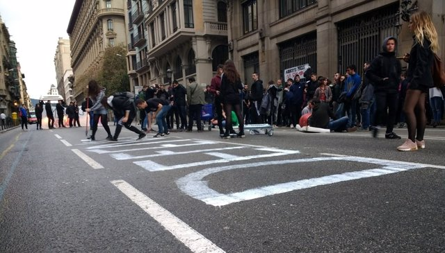 Estudiantes cortan la Via Laietana de Barcelona
