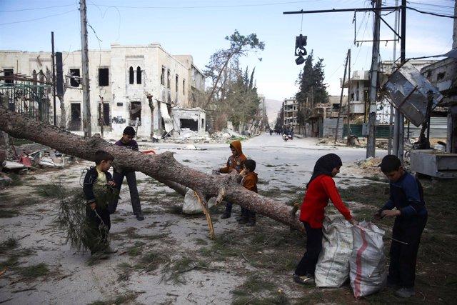 Niños recogen leña en Duma, en Ghuta Oriental