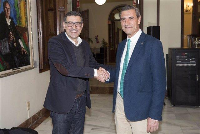 Pedro Lozano y  José Luján se estrechan la mano
