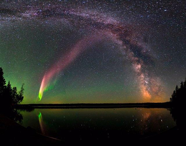 Aspecto de la aurora clase STEVE vista en Manitoba, sur de Canadá