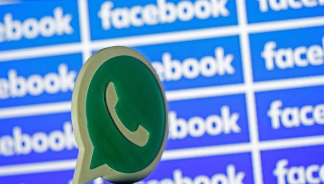 Símbolo de Whatsapp frente a símbolos de Facebook