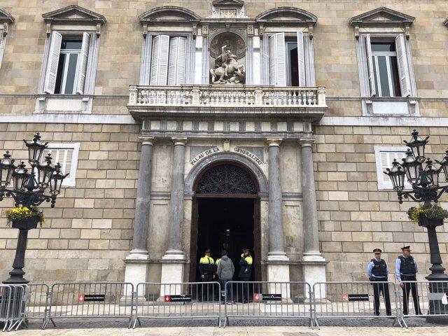 Mossos custodian el Palau de la Generalitat durante registro de la Guardia Civil