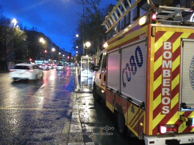Un camión de Bomberos de Sevilla atiende incidencias por el temporal