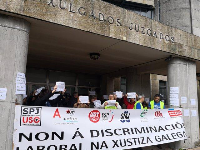 Foto de archivo de funcionarios concentrados en Santiago