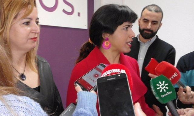 La coordinadora de Podemos Andalucía, Teresa Rodríguez, atiende a los medios