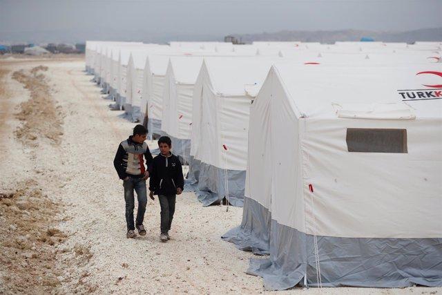 Foto de archivo de unos desplazados sirios en el campo de Kelbit, en Idlib.