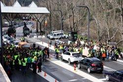 Unes 300 persones protesten davant la duana d'Andorra en el marc de la primera jornada d'aturada dels funcionaris (ACN)