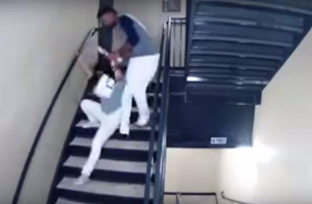 El beisbolista Danry Vásquez golpeando a su novia