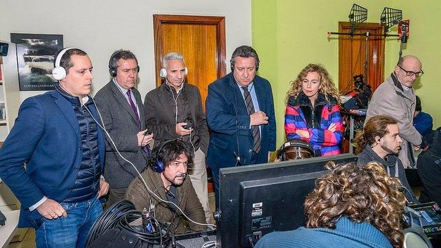 Miguel Ángel Vázquez reafirma el apoyo de la Junta al cine durante su  visita en Sevilla al rodaje de \'Tu hijo\'