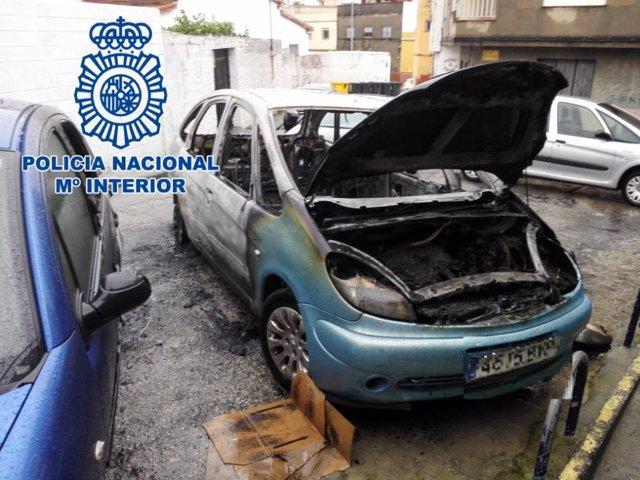 Vehículo calcinado en Algeciras
