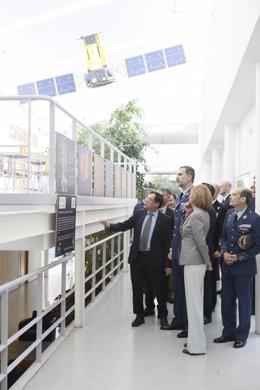 El Rey y María Dolores de Cospedal en las instalaciones del INTA