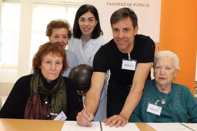 Roberto Solozábal participa en un taller de reminiscencia