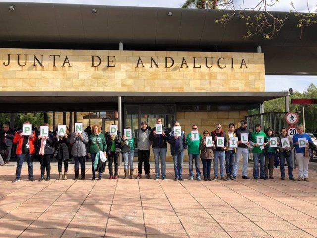 Protesta sindical ante la Consejería de Educación por un plan de estabilidad