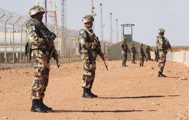 Soldados argelinos en el desierto