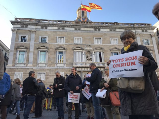 Concentración en plaza Sant Jaume contra registros en Òmnium y la Generalitat