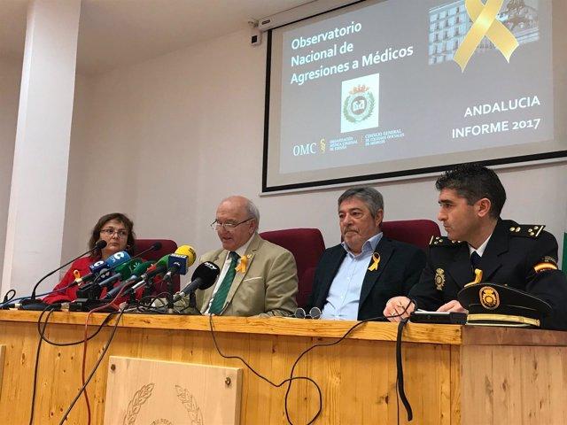 En el centro, el presidente del Colegio de Médicos de Huelva, Antonio Aguado.